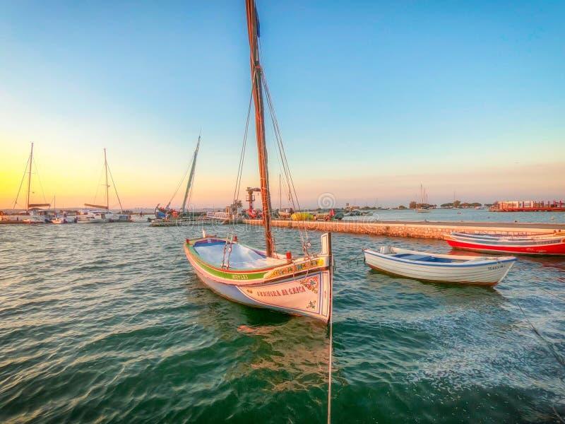 Por do sol no rio perto de Seixal, Portugal fotografia de stock royalty free