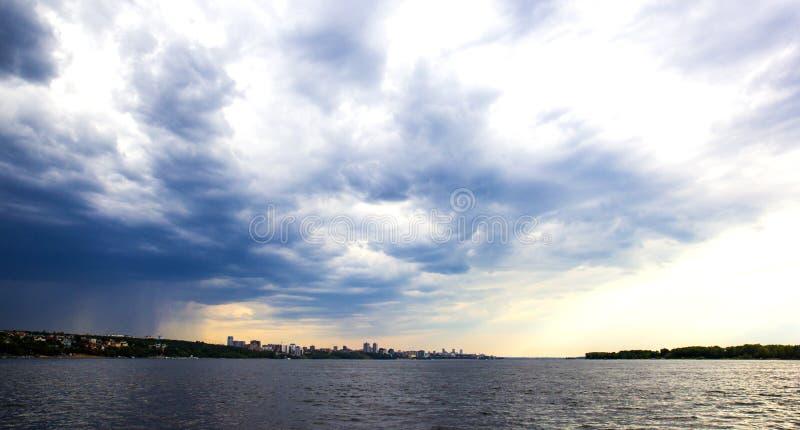 Por do sol no Rio Volga na cidade do Samara, Rússia fotografia de stock royalty free
