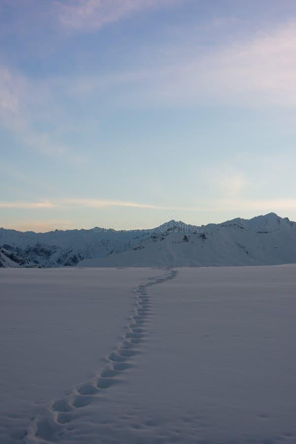 Por do sol no spiti - paisagem no inverno nos himalayas foto de stock royalty free