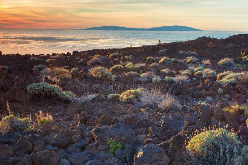 Por do sol no sul da ilha de Tenerife, no fundo a ilha do La Palma, Ilhas Canárias, Espanha foto de stock