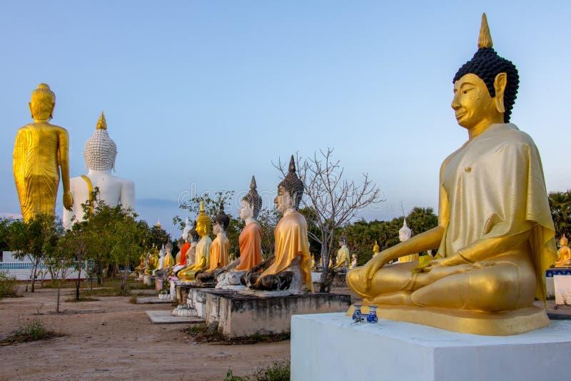 Por do sol no templo budista imagens de stock royalty free