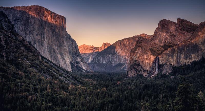 Por do sol no vale de Yosemite imagem de stock