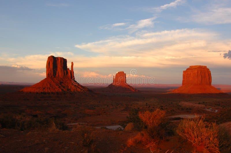 Por do sol no vale do monumento imagens de stock