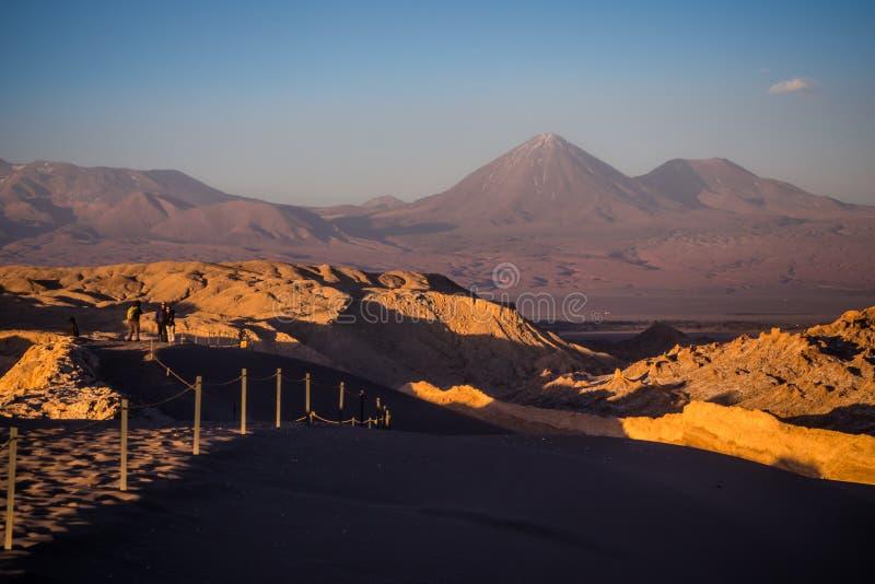 Por do sol no vulcão do vale e do Licancabur da lua em San Pedro de Atacama imagens de stock