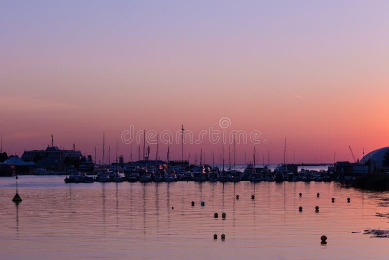 Por do sol no yacht club imagens de stock royalty free