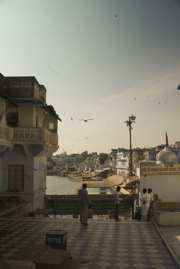 Por do sol nos ghats de Pushkar foto de stock