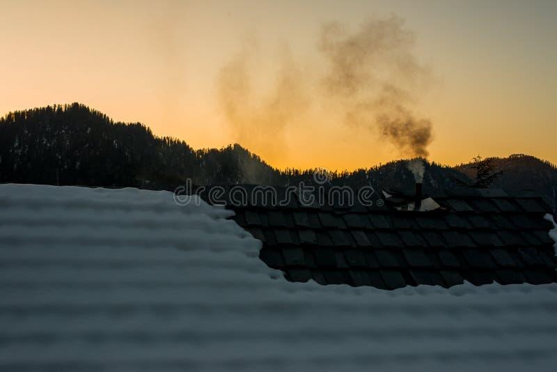 Por do sol nos himalayas - noite bonita nas montanhas imagens de stock