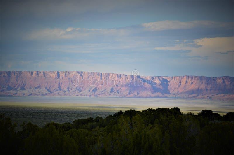 Por do sol nos penhascos Vermillion, o Arizona do norte imagem de stock