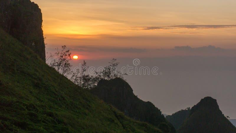 Por do sol nos picos de montanha imagem de stock royalty free