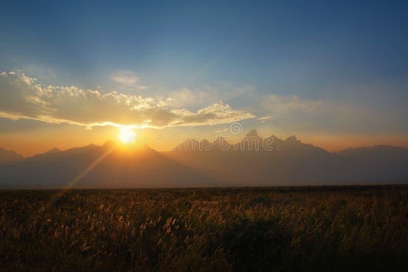 Por do sol obscuro no parque nacional grande de Tetons fotos de stock