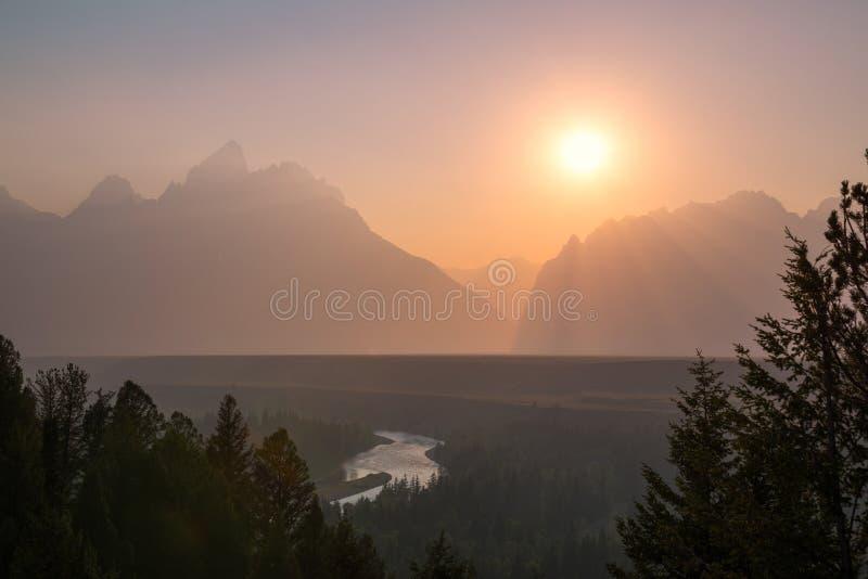 Por do sol obscuro sobre o rio Snake imagem de stock