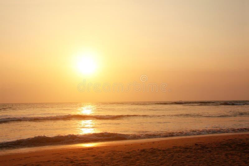 Por do sol, ondas de oceano e praia, Oceano Índico, Sri Lanka imagens de stock royalty free