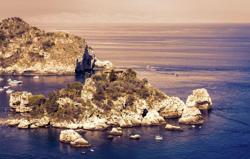 Por do sol opini?o em Sic?lia, mar com ilha famosa Isola Bella de Taormina foto de stock