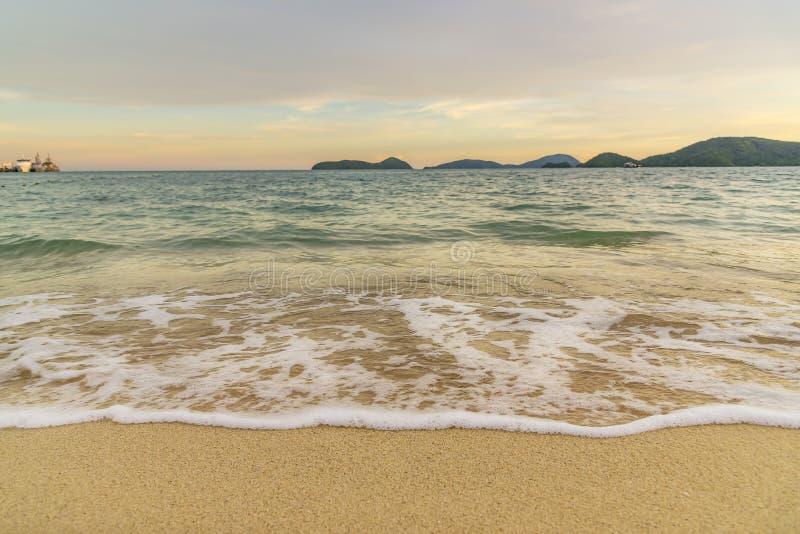 Por do sol ou nascer do sol da praia com o colorido do c?u e da luz solar da nuvem foto de stock