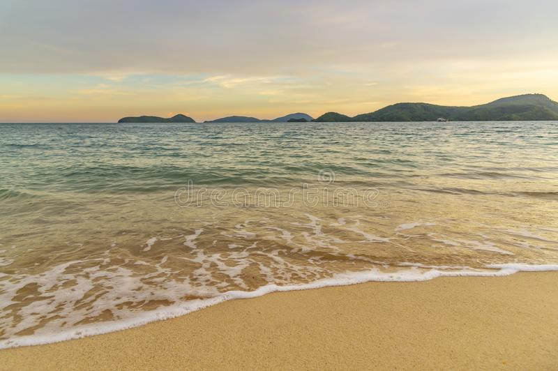 Por do sol ou nascer do sol da praia com o colorido do c?u e da luz solar da nuvem imagem de stock royalty free