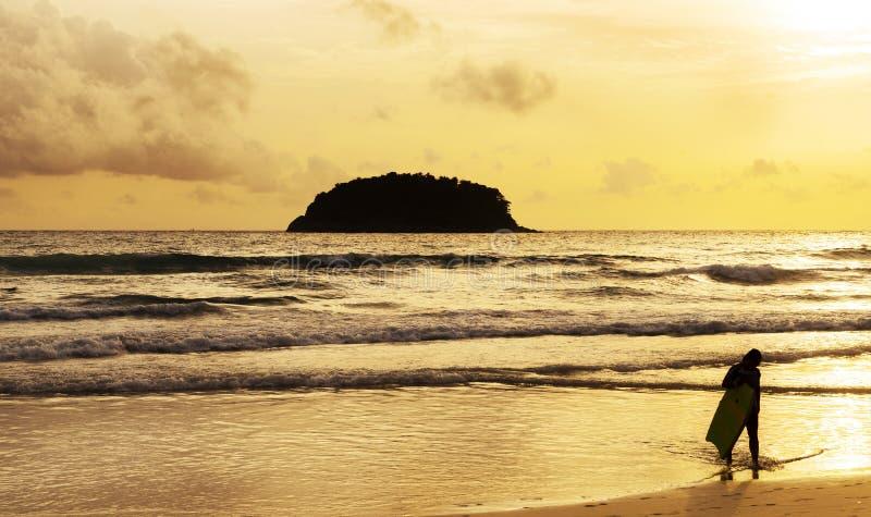 Por do sol ou nascer do sol da praia com surfar imagens de stock