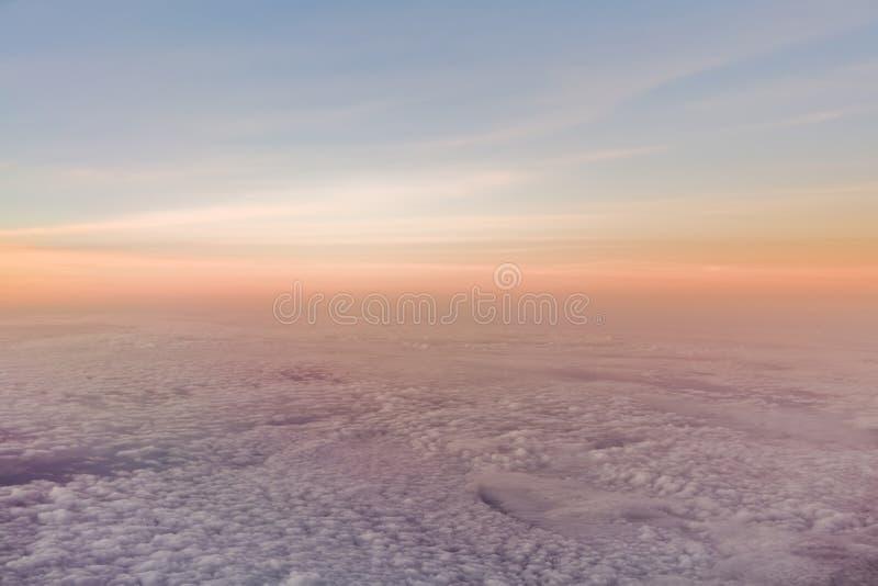 Por do sol ou nascer do sol sobre nuvens foto de stock