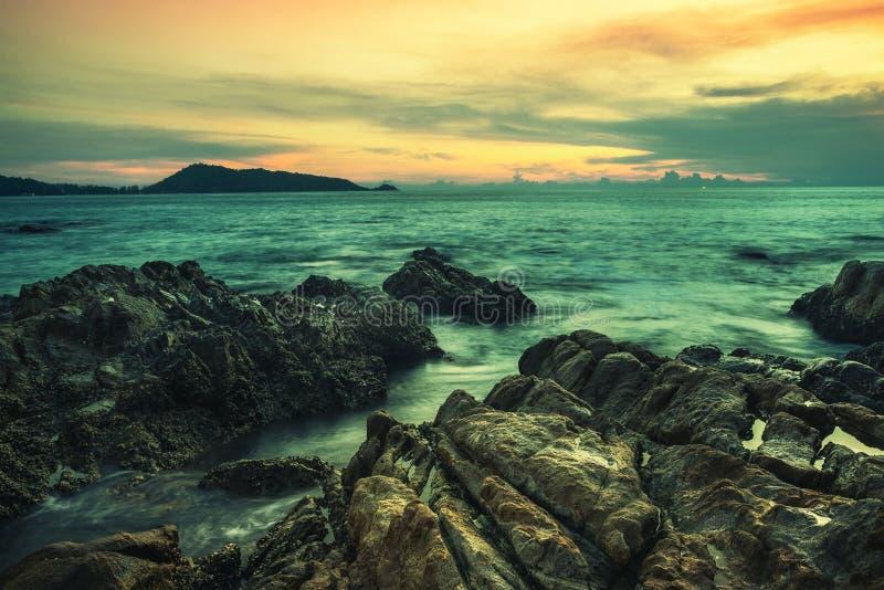 Por do sol ou nascer do sol do mar com o colorido do céu e da nuvem no crepúsculo fotografia de stock