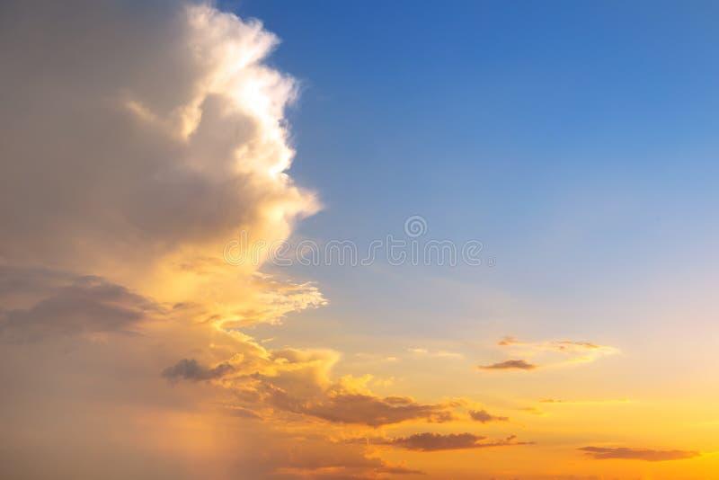 Por do sol ou nascer do sol natural com cores vibrantes Fundo colorido dramático do céu Nuvens sobre a metade do horizonte fotografia de stock royalty free