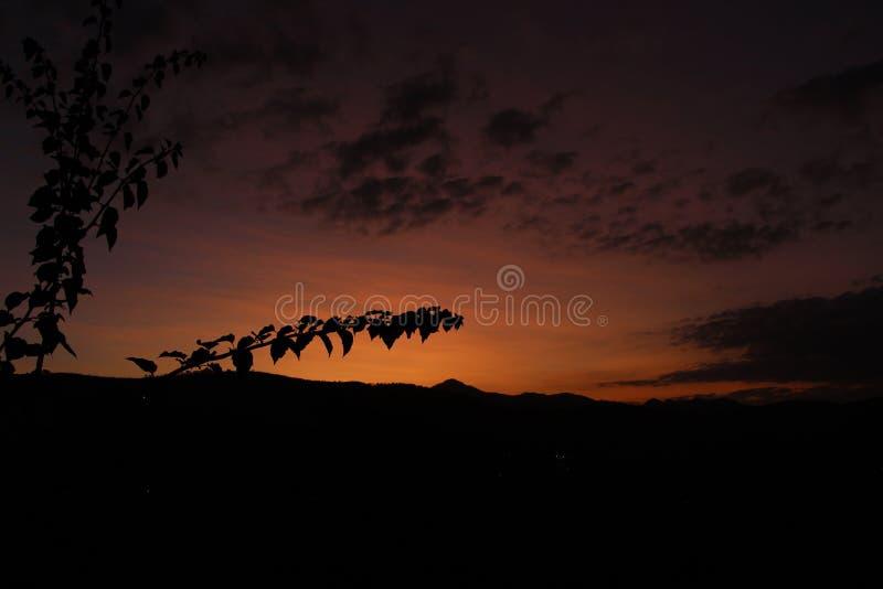 Por do sol do outono na montanha fotos de stock