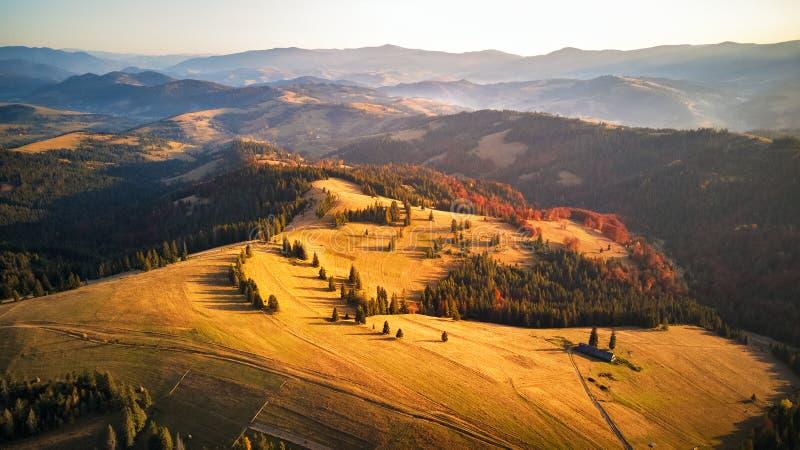 Por do sol do outono nas montanhas Floresta colorida da queda imagens de stock