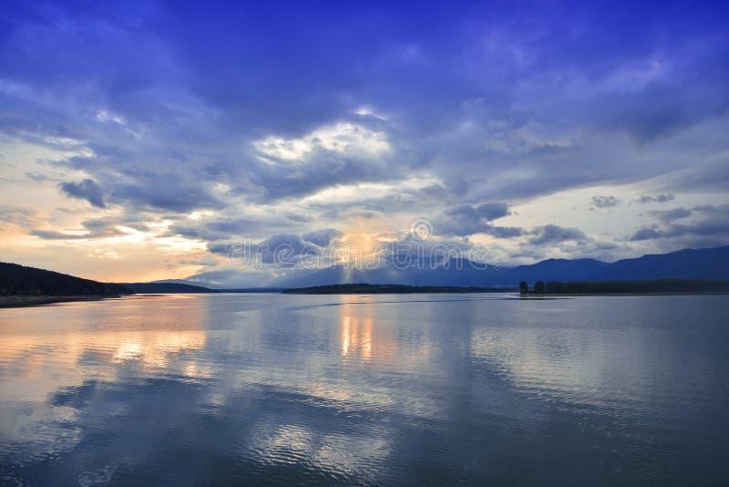 Por do sol, paisagem do nascer do sol, panorama Natureza bonita C?u azul, nuvens coloridas de surpresa Fundo natural Papel de par foto de stock