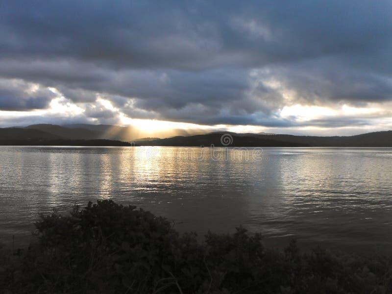 Por do sol para uma ilha tasmaniana imagem de stock
