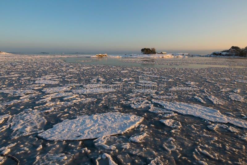 Por do sol pela praia, esboço do inverno do gelo fotografia de stock