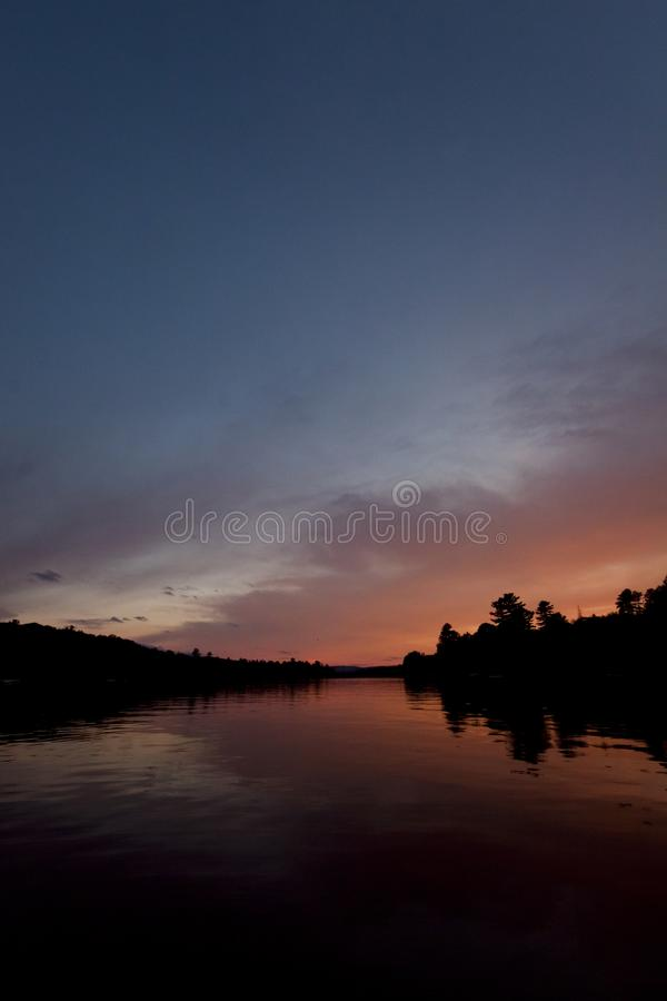 Por do sol pelo lago fotografia de stock royalty free
