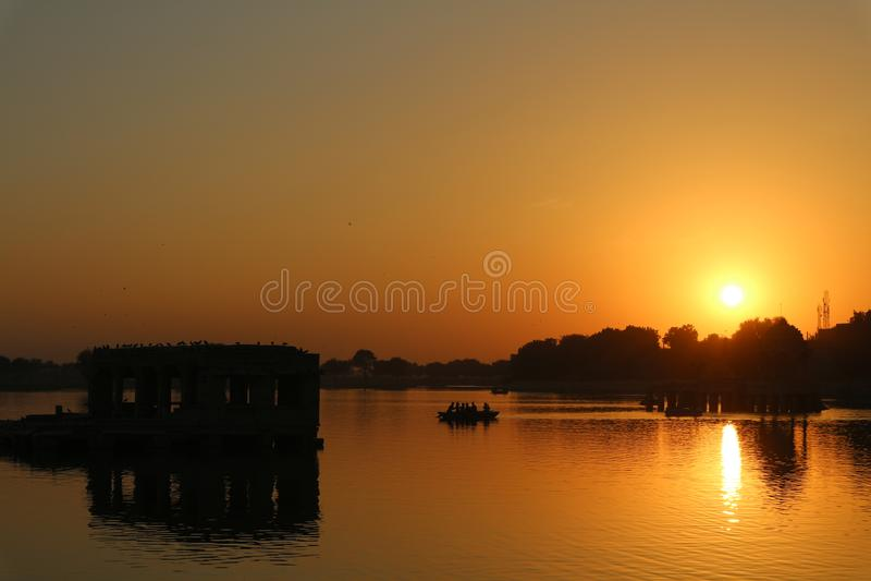 Por do sol pelo lago imagens de stock royalty free