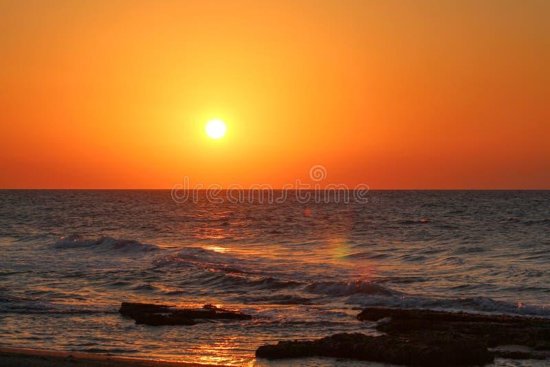 Por do sol pelo mar imagens de stock