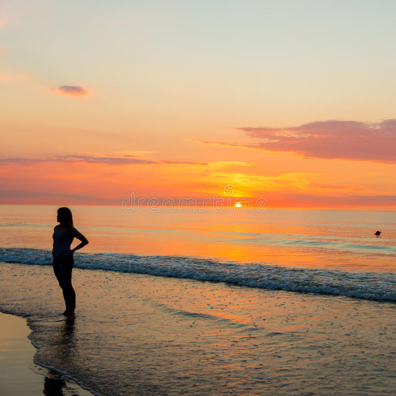 Por do sol pelo mar foto de stock