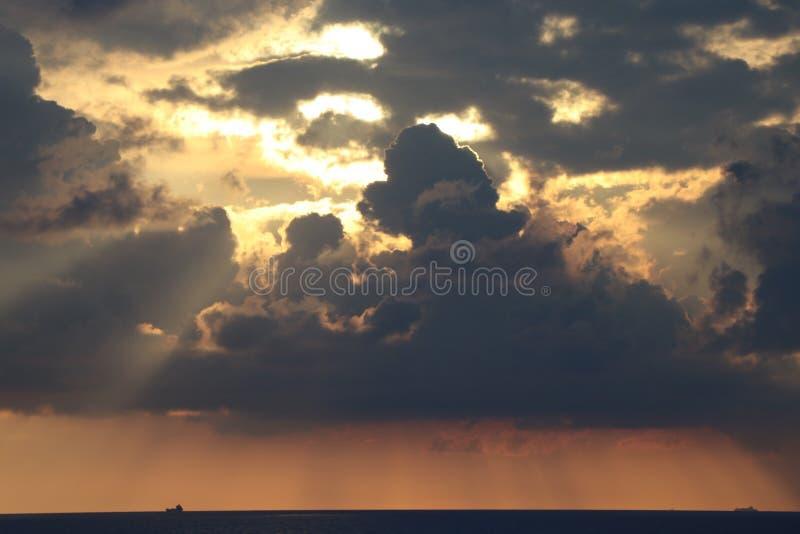 Por do sol pelo mar fotografia de stock
