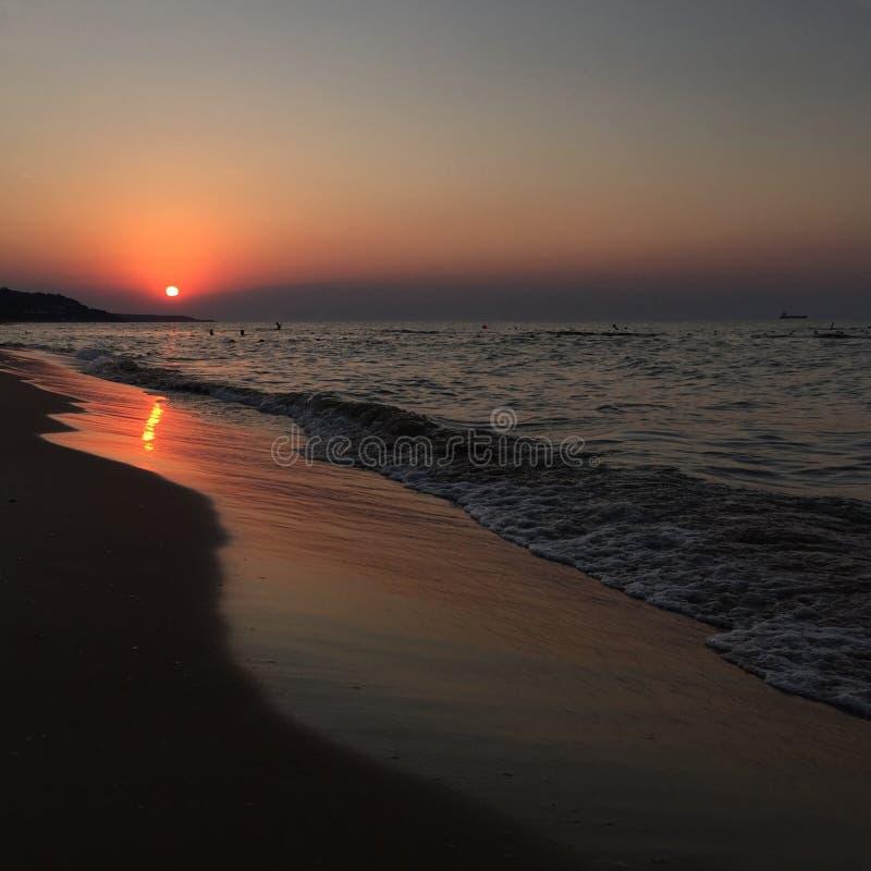 Por do sol pelo mar no verão fotografia de stock