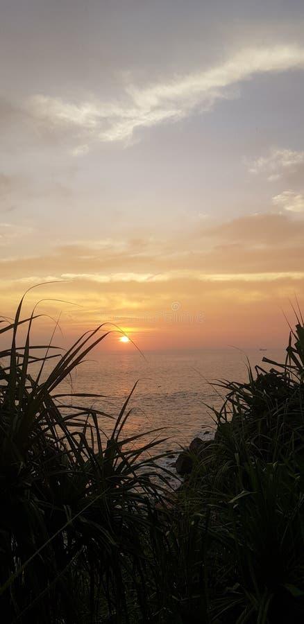Por do sol pelo oceano foto de stock