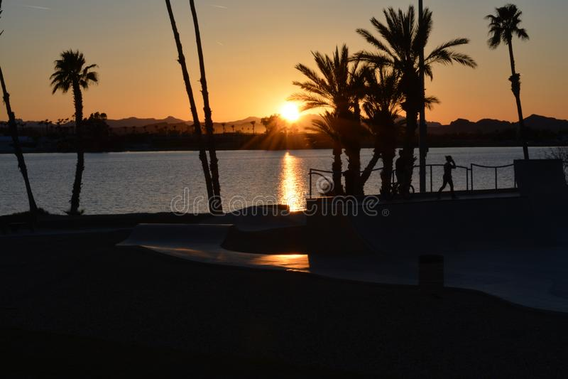 Por do sol pelo parque do patim fora da cidade de Lake Havasu, AZ foto de stock