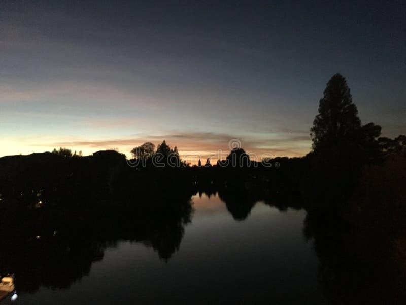 Por do sol pelo rio Tamisa imagens de stock royalty free