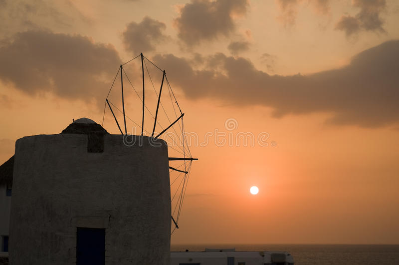 Por do sol pelos moinhos de vento imagens de stock royalty free