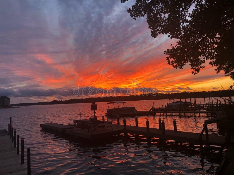 Por do sol perfeito bonito sobre a água do lago imagem de stock