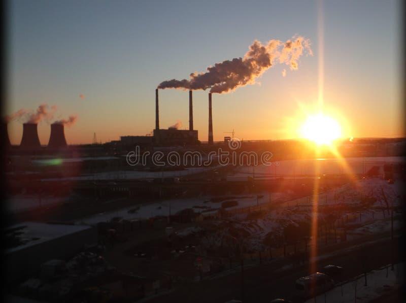 Por do sol perto do central elétrica foto de stock royalty free