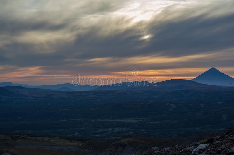 Por do sol perto do vulcão de Mutnovsky imagem de stock