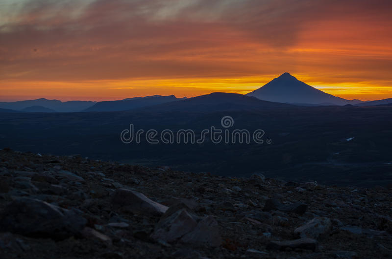Por do sol perto do vulcão de Mutnovsky imagens de stock