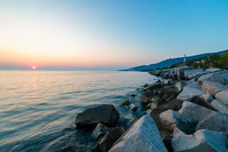 Por do sol perto do farol velho de Trieste imagens de stock royalty free