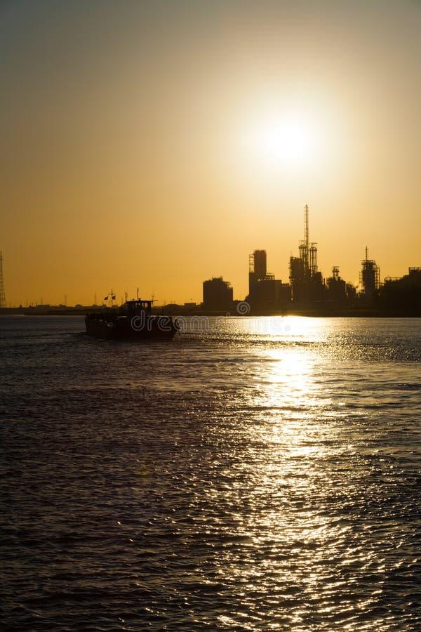 Por do sol petroquímica V da mudança de clima da refinaria imagens de stock royalty free