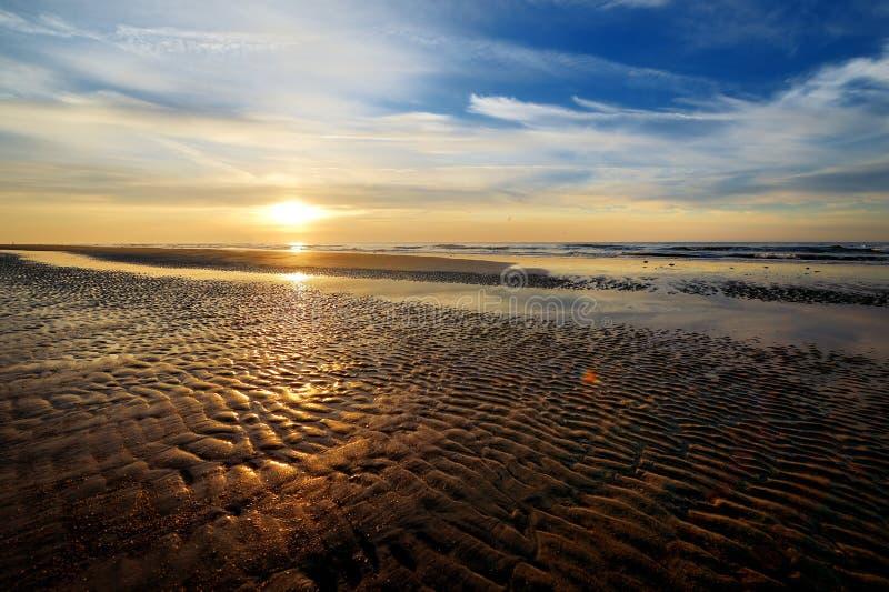 Por do sol pitoresco em uma praia fotos de stock royalty free