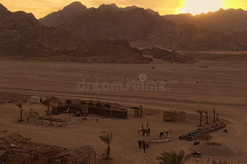 Por do sol pitoresco nas montanhas do deserto perto da vila beduína em Egito imagem de stock royalty free
