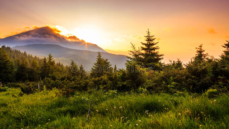 Por do sol pitoresco nas montanhas, paisagem Carpathian, Ucrânia foto de stock royalty free