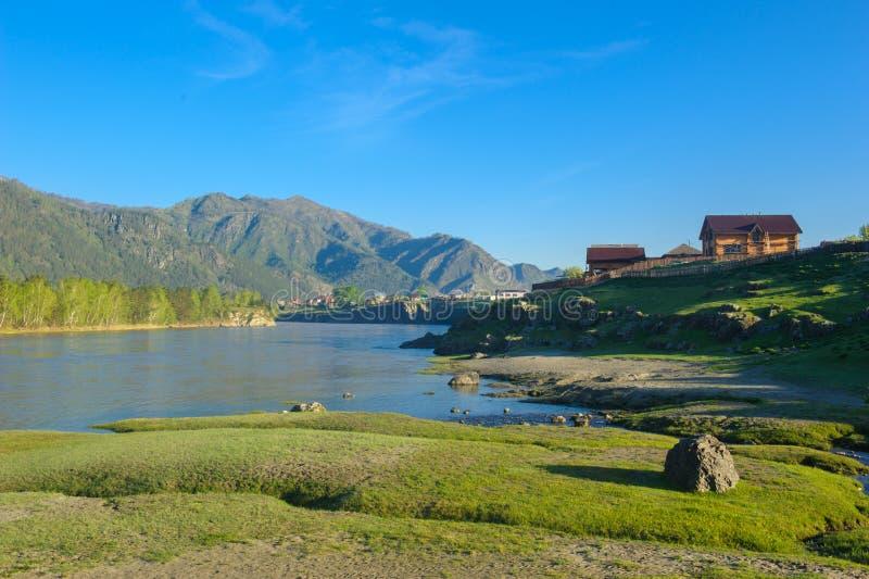 Por do sol pitoresco sobre o rio da montanha em Altai foto de stock royalty free
