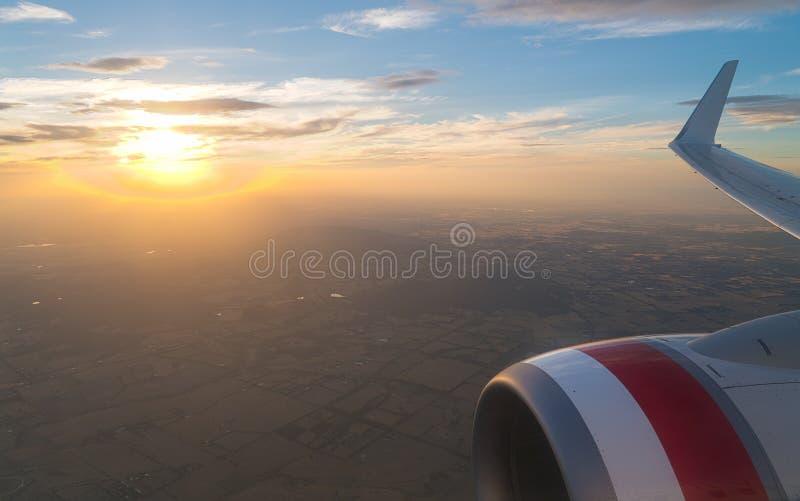 Por do sol plano da janela fotografia de stock royalty free