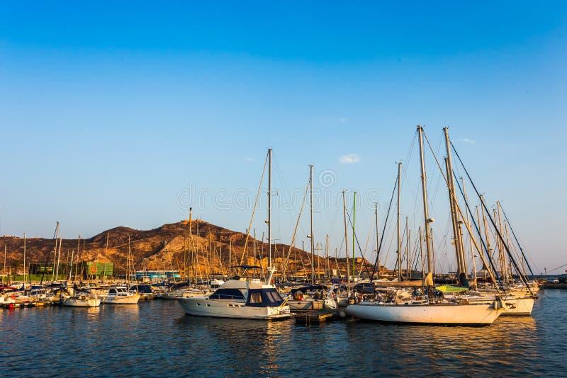 Por do sol do porto do porto de Cartagena Múrcia na Espanha mediterrânea imagem de stock